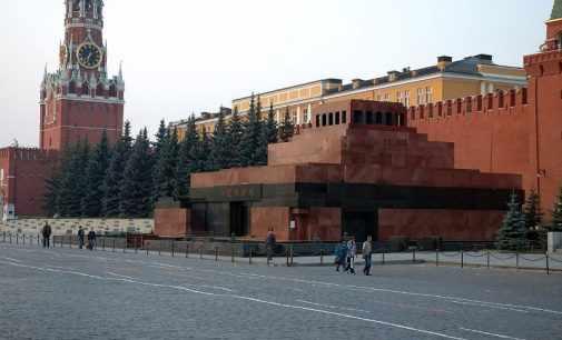 Тело Ленина в мавзолее попросили заменить куклой