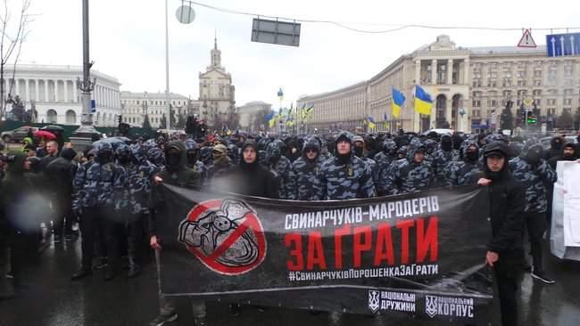 Участники акции Свинарчуків Порошенка – за ґрати! забросали силовиков у Администрации Президента игрушечными свиньями 01
