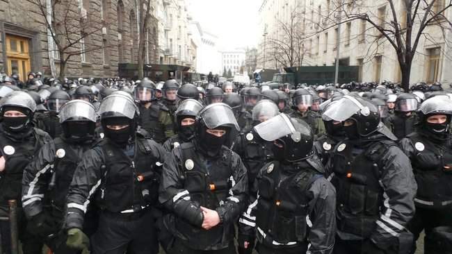 Участники акции Свинарчуків Порошенка – за ґрати! забросали силовиков у Администрации Президента игрушечными свиньями 05
