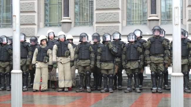 Участники акции Свинарчуків Порошенка – за ґрати! забросали силовиков у Администрации Президента игрушечными свиньями 06