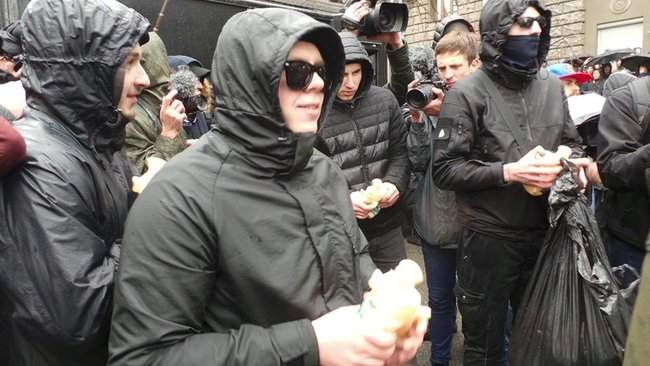 Участники акции Свинарчуків Порошенка – за ґрати! забросали силовиков у Администрации Президента игрушечными свиньями 08