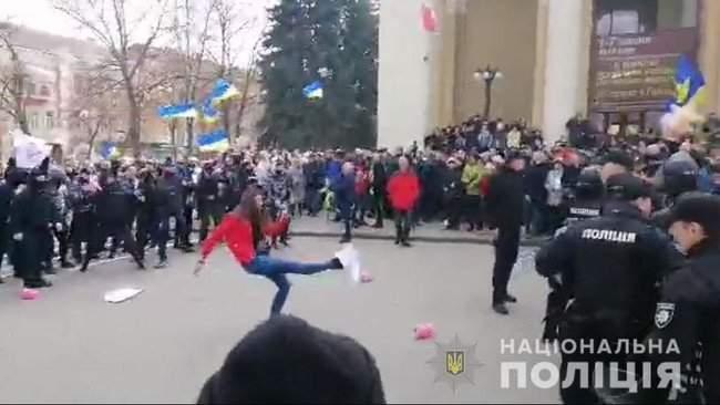 Представителей Нацдружин задержали в Полтаве перед выступлением Порошенко, есть пострадавшая 01