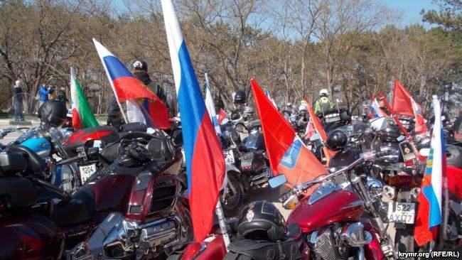 На броневиках и с портретами Сталина: путинские байкеры устроили автопробег в оккупированном Крыму 01
