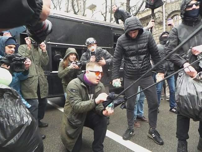 Участники акции Свинарчуків Порошенка – за ґрати! забросали силовиков у Администрации Президента игрушечными свиньями 09