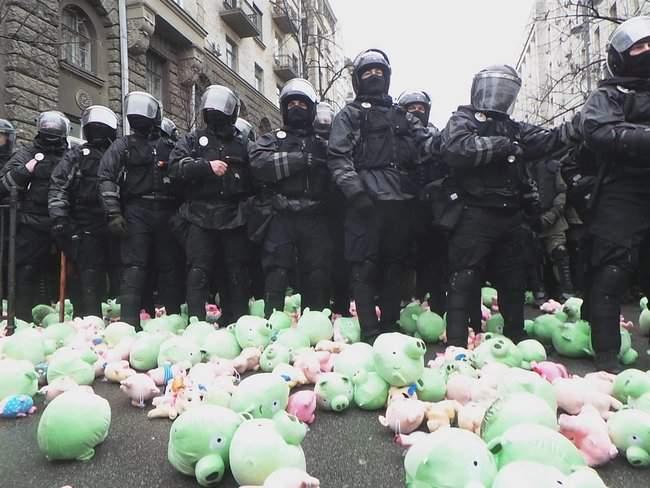Участники акции Свинарчуків Порошенка – за ґрати! забросали силовиков у Администрации Президента игрушечными свиньями 15