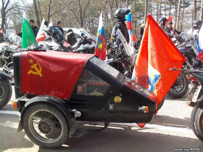 На броневиках и с портретами Сталина: путинские байкеры устроили автопробег в оккупированном Крыму 02