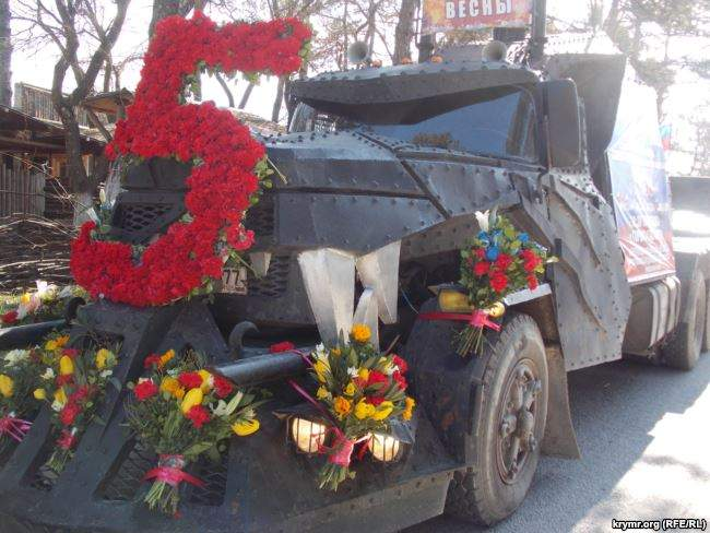 На броневиках и с портретами Сталина: путинские байкеры устроили автопробег в оккупированном Крыму 03