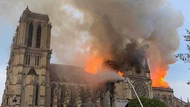 Собор Парижской Богоматери, возможно, не удастся потушить, - МВД Франции 11