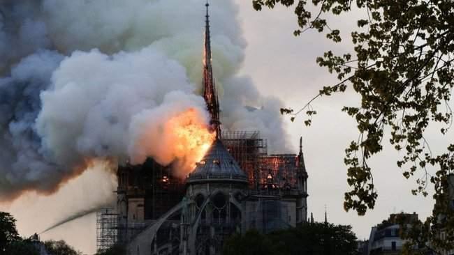 Собор Парижской Богоматери, возможно, не удастся потушить, - МВД Франции 13