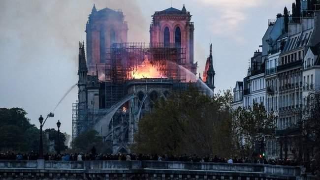 Собор Парижской Богоматери, возможно, не удастся потушить, - МВД Франции 15