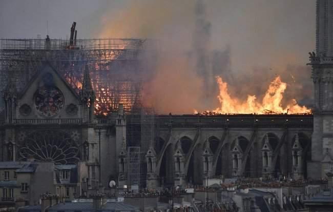 Собор Парижской Богоматери, возможно, не удастся потушить, - МВД Франции 12
