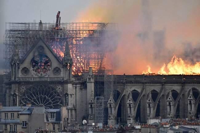 Собор Парижской Богоматери, возможно, не удастся потушить, - МВД Франции 16