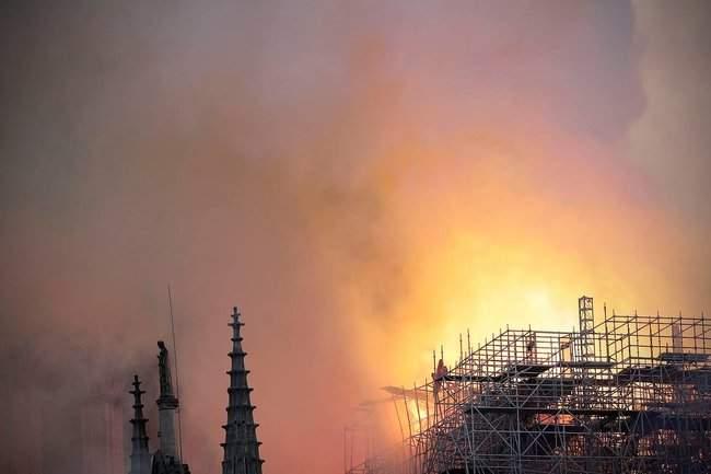 Собор Парижской Богоматери, возможно, не удастся потушить, - МВД Франции 17