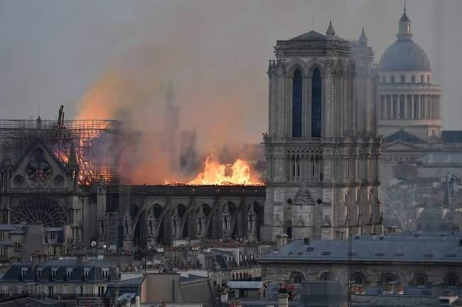 Собор Парижской Богоматери, возможно, не удастся потушить, - МВД Франции 18