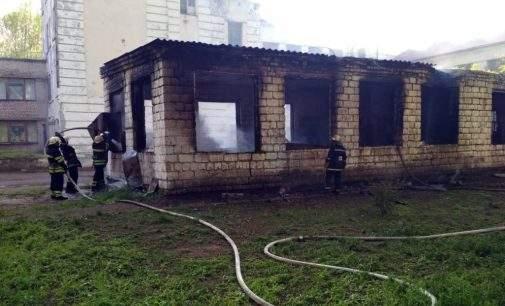В Кам'янському на території школи сталася пожежа: фото, відео