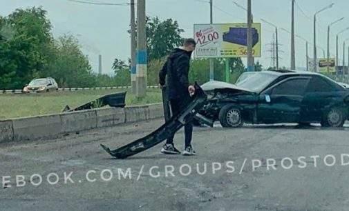 На Центральному мосту Кам'янського трапилось ДТП: фото, відео