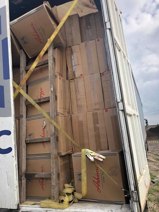 Налоговики изъяли у жителя Одесчины контрабандных сигарет иностранного производства на 22 млн грн 02