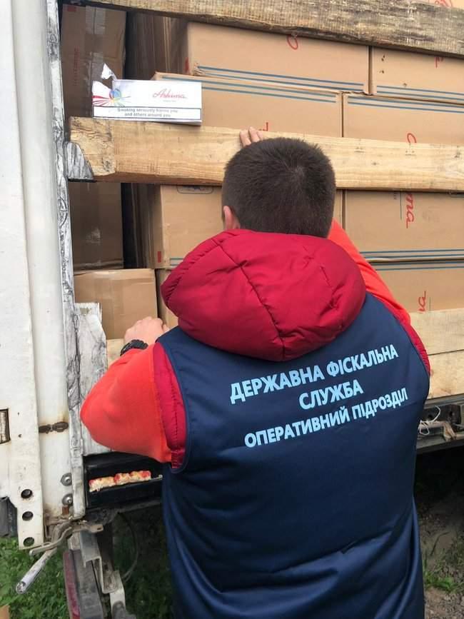 Налоговики изъяли у жителя Одесчины контрабандных сигарет иностранного производства на 22 млн грн 04