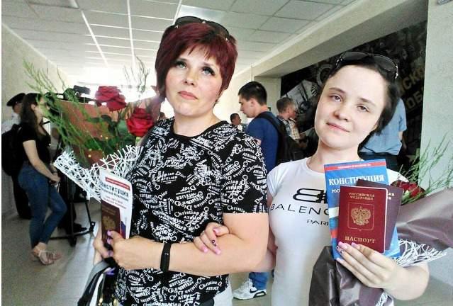 Дактилоскопия и принятие присяги на верность РФ: 64 жителя ОРДЛО получили российские паспорта по упрощенной программе Путина 05