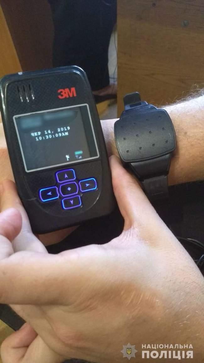 На подозреваемого в нападении на харьковского телеоператора Макарюка Козлюка надели электронный браслет, - полиция 01
