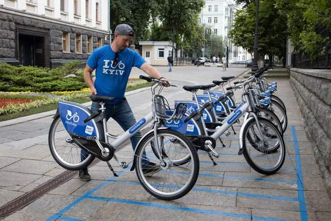 Под Администрацией Президента на Банковой установили станцию велопроката 01