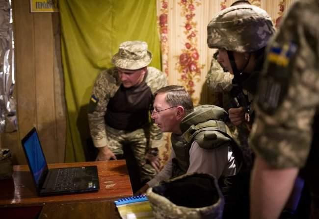 Меня очень поразил профессионализм украинских сил, - генерал США Петреус посетил район проведения ООС 05