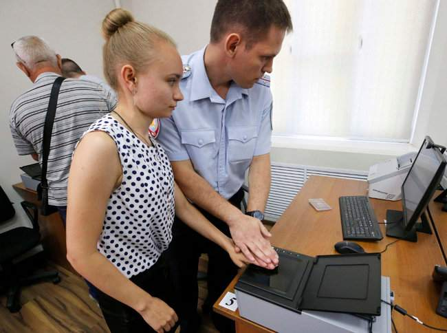 Дактилоскопия и принятие присяги на верность РФ: 64 жителя ОРДЛО получили российские паспорта по упрощенной программе Путина 04