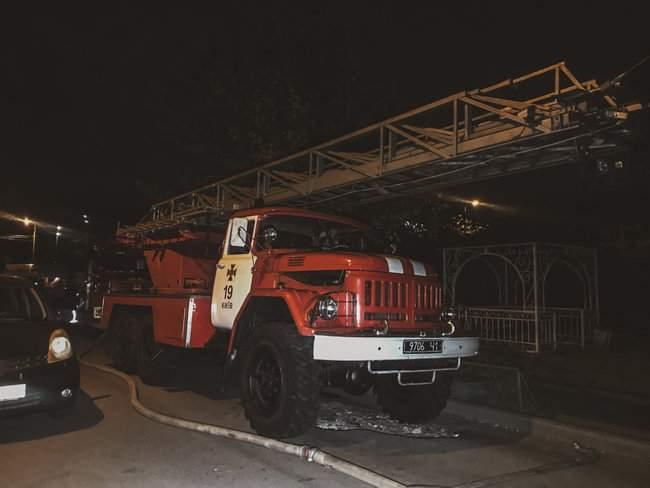 Ночью в 16-этажном жилом доме в Киеве произошел пожар, жильцы эвакуированы 01