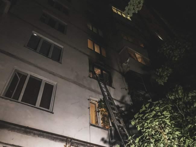 Ночью в 16-этажном жилом доме в Киеве произошел пожар, жильцы эвакуированы 03