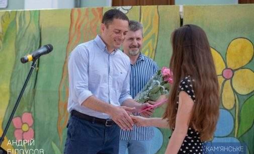 Андрій Білоусов вручив ордер на квартиру сироті з Кам'янського
