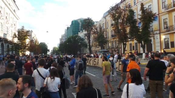 В Киеве возле здания СБУ прошла акция Когда сядет Медведчук? 03