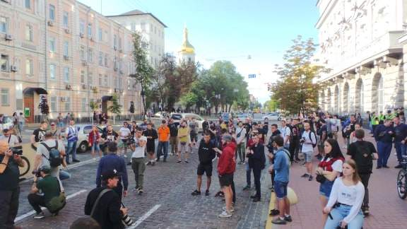 В Киеве возле здания СБУ прошла акция Когда сядет Медведчук? 04