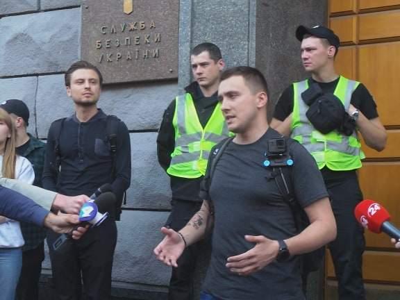 В Киеве возле здания СБУ прошла акция Когда сядет Медведчук? 07