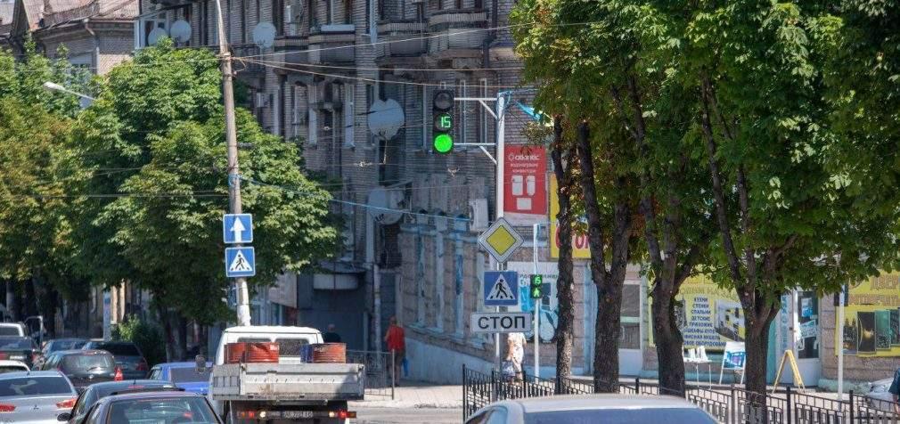 На аварійному перехресті Кам'янського запустили новий світлофор