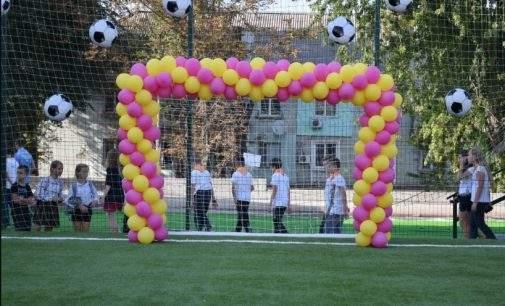 До Дня міста у школах Кам'янського відкрили нові футбольні поля