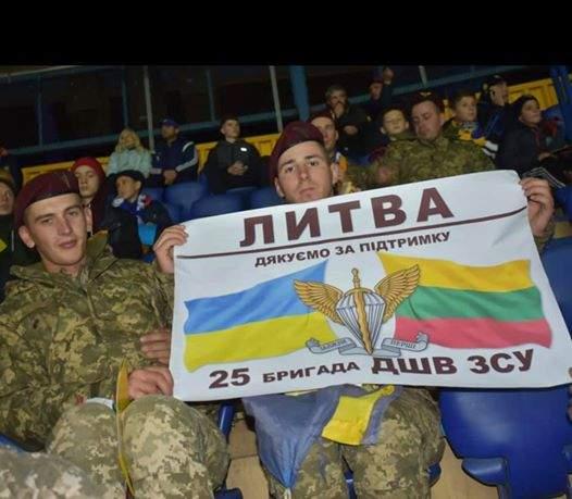 Литва, спасибо за поддержку, - десантники 25 бригады развернули плакат на отборочном матче Евро-2020 01