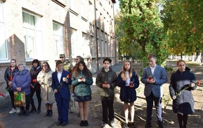 Мемориальную доску погибшему на Донбассе бойцу Юрию Стрельцову открыли на Полтавщине 06