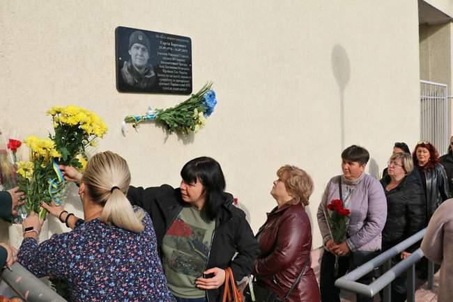В Киеве торжественно открыли мемориальные доски трем военнослужащим, погибшим на Донбассе 15