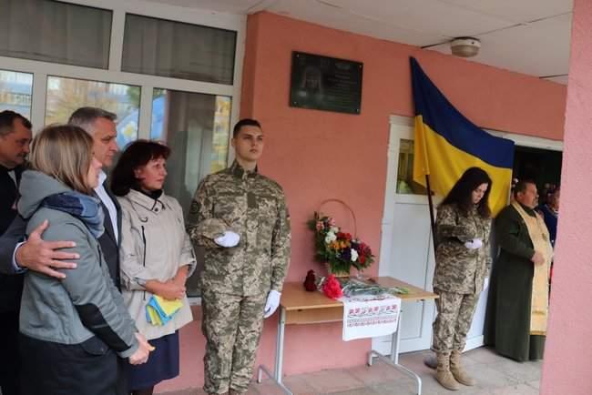 В Киеве торжественно открыли мемориальные доски трем военнослужащим, погибшим на Донбассе 01