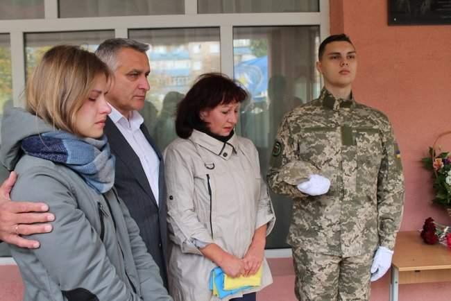 В Киеве торжественно открыли мемориальные доски трем военнослужащим, погибшим на Донбассе 03