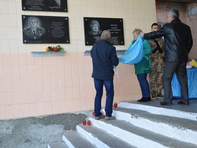 Мемориальную доску погибшему украинскому бойцу Андрею Корне открыли в Хороле на Полтавщине 02