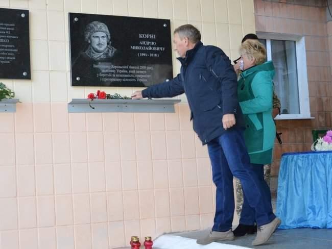 Мемориальную доску погибшему украинскому бойцу Андрею Корне открыли в Хороле на Полтавщине 03