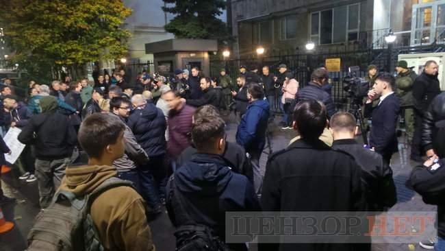 Тополі - волю, - под посольством Польши в Киеве проходит акция в поддержку задержанного ветерана 04