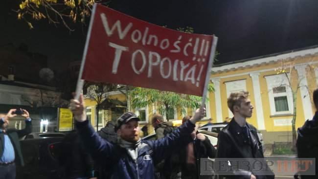 Тополі - волю, - под посольством Польши в Киеве проходит акция в поддержку задержанного ветерана 14