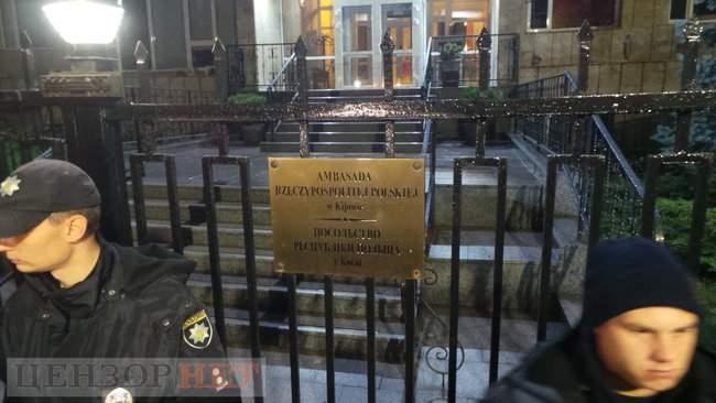Тополі - волю, - под посольством Польши в Киеве проходит акция в поддержку задержанного ветерана 16
