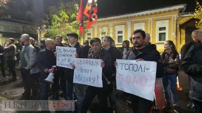 Тополі - волю, - под посольством Польши в Киеве проходит акция в поддержку задержанного ветерана 18