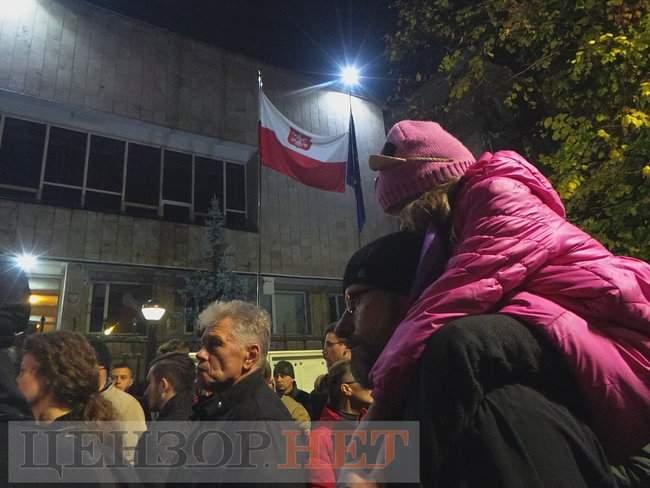 Тополі - волю, - под посольством Польши в Киеве проходит акция в поддержку задержанного ветерана 09