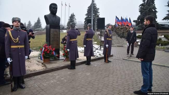 Неподалеку от памятника убитому главарю ДНР Захарченко в оккупированном Донецке установили бюст Кобзона 01