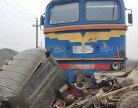 Поезд протаранил грузовик на Закарпатье, есть погибшие, – Нацполиция. ФОТО