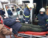 На Днепропетровщине грузовик столкнулся с маршруткой: зажатого водителя доставали спасатели, – ФОТО